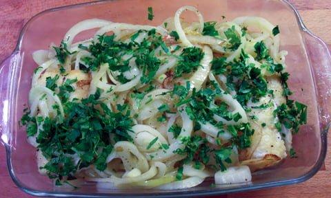 Klippfisk med løk, klar for ovnen
