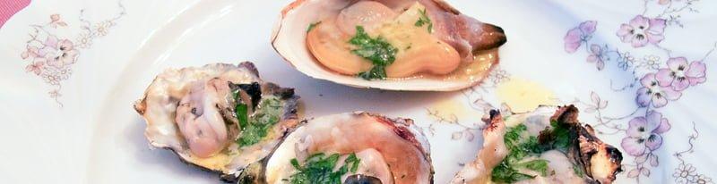 Stillehavsøsters, sandskjell, og krabbe