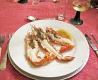 Sjøkrepsen er delt i to og stekt i ovn.