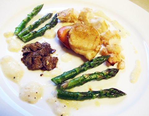 Scampi, kamskjell og asparges
