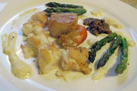 Scampi, scallops og asparges2